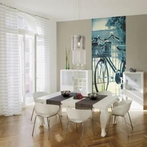 Fototapeta Lady Bici Blu marki Eksim naklejona na niewielkim fragmencie jednolitej ściany ożywi aranżację jadalni i nada jej nowoczesny charakter. Fot. Eksim.