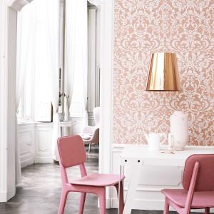 Jasnoróżowa tapeta Orange Ornamental z iście koronkowym wzorem to znakomicie podkreśli wyjątkowość każdej jadalni. Fot. Walls Republic.