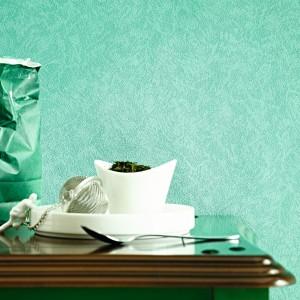 Jednolita tapeta z tegorocznej kolekcji Marburger Tapetenfabrik, swoim żywym, zielonym kolorem zaprowadzi w jadalni harmonijną atmosferę. Fot. Marburger Tapetenfabrik.