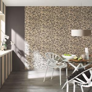 Oklejenie ścian tapetami z kolekcji Gentle Elegance marki Rash efektownie odmieni wygląd wnętrza. Wzory w kolorach brązu i beżu ocieplą jadalnię i podkreślą jej rodzinny charakter. Fot. Rash.