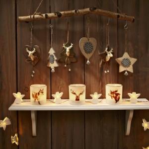 Oryginalne drewniane zawieszki pięknie korespondują z lampionami, ozdobionymi zwierzęcymi motywami. Fot. Tchibo.