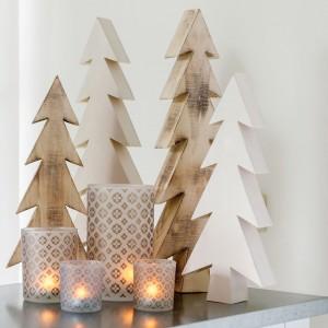 Drewniane choinki to propozycja dla osób lubiących minimalistyczne rozwiązania. W połączeniu z lampionami staną się przyjemną, dyskretną dekoracją. Fot. Inne Meble.