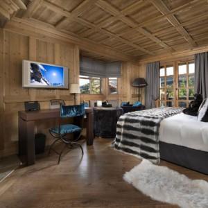 Kominek dodaje ciepła każdemu wnętrzu, świetnie sprawdzi się także w przestronnej sypialni. Fot. Les Sorbiers Courchevel.