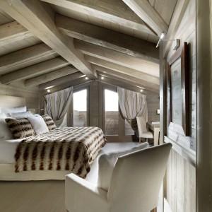 Courchevel - miejscowość położona we francuskich Alpach to słynny kurort w którym poza doskonałymi narciarskimi trasami znajdziemy urocze, drewniane budynki. Fot. Chalet Karakoram Courchevel.