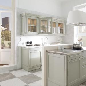 Niewielka wyspa to sposób na oddzielenie przestrzeni kuchennej od salonowej, ale także dodatkowe miejsce na zmywarkę, zlewozmywak, czy do przechowywania naczyń. Fot. Porcelanosa.