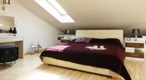 Sypialnia urządzona na poddaszu została zaprojektowana bardzo funkcjonalnie. Znajdziemy tu wygodne, tapicerowane łóżko, toaletkę oraz wiele miejsca na przechowywanie.