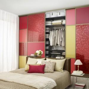 Wypełnienie drzwi przesuwnych możemy wybrać indywidualnie tak, aby kolorystycznie współgrało z ogólną aranżacją sypialni. Fot. Elfa.