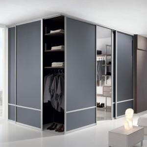 System narożny pozwala na stworzenie przestronnej garderoby w każdym wnętrzu. Fot. Komandor.