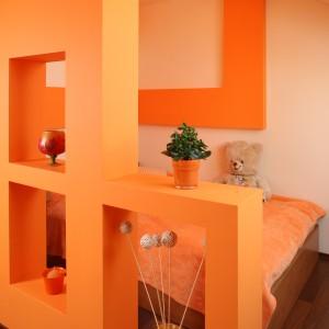 W strefie sypialnianej zainstalowano dekoracyjne oświetlenie sufitowe. Fot. Bartosz Jarosz.