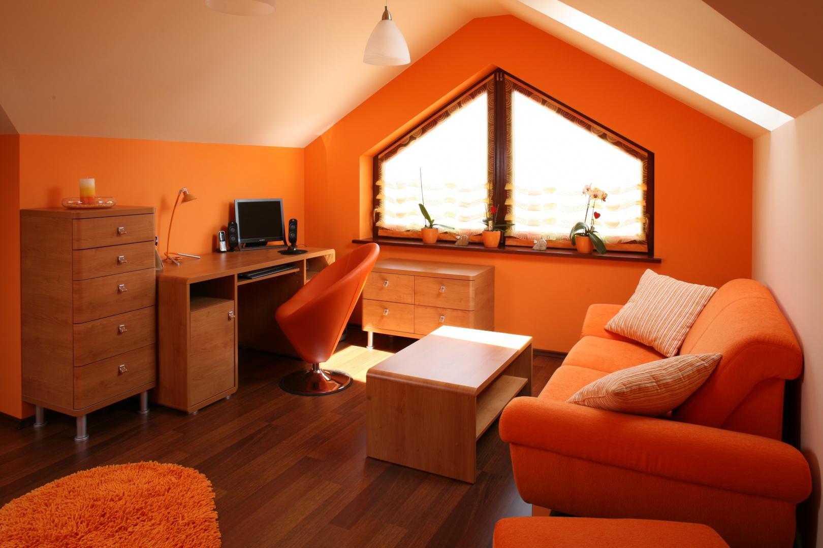 Pokój na poddaszu jest nie tylko przytulny, ale i bardzo optymistyczny. A wszystko za sprawą wszechobecnego koloru pomarańczowego. Fot. Bartosz Jarosz.