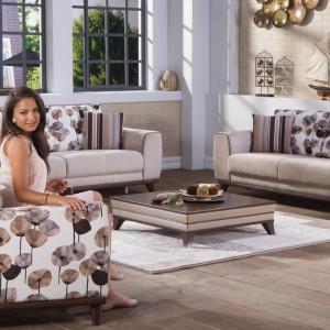 Subtelny, a zarazem elegancki zestaw mebli tworzą dwie nowoczesne sofy i fotel w kwiaty. Tę samą tapicerkę wykorzystano na oparciach kanap. Fot. Istikbal.