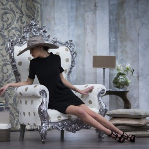 Szykowny, elegancki i wyszukany fotel marki Decobel to mebel do salonu prawdziwej damy. Fot. Decobel.
