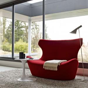 Efektowny fotel Papilio marki B&B Italia miękką formą nawiązuje do kobiecych kształtów. czerwony kolor dodatkowo wzmacnia charakter mebla. Fot. B&B Italia.