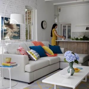 Miłośniczkom minimalizmu przypadnie do gustu prosta, nowoczesna sofa w szarym kolorze. Aby ją ożywić, można ułożyć na niej wielobarwne poduszki. Fot. DFS Furniture.