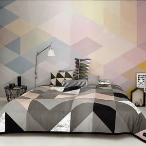Kolorowa kompozycja umieszczona na ścianie za łóżkiem dodaje wnętrzu charakteru. Fot. Redro.