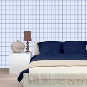Błękitna tapeta w kratkę będzie dobrze się prezentować w towarzystwie bieli ciemnych odcieni koloru niebieskiego. Fot. Esta Home.