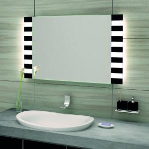 Lustro Zebra Led firmy szkło-Lux - sposób piaskowania szkła podkładowego umożliwia przeplatanie się światła (Power LED) z czarną lakierowaną taflą tworząc ciekawy, nieco egzotyczny deseń; na bazie kryształowych tafli ze specjalną warstwą chroniąca przed wilgocią i korozją; technologia Super Slim – odległość od ściany tylko 2 cm. Fot. Szkło-Lux.