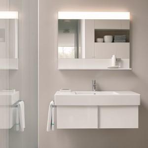 Lustro Vero z serii kompletnego wyposażenia łazienek firmy Duravit z półką oraz oświetleniem LED o ciepłej barwie, wyposażone we włącznik sensorowy, w standardzie bezpieczeństwa IP44; obudowa w kolorze białym lub jednym z pięciu dekorów drewna; różne wymiary. Fot. Duravit.
