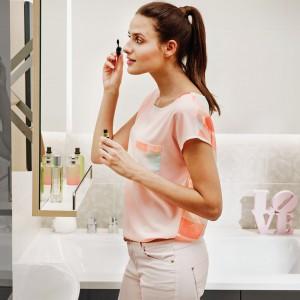 Lustro Smart z serii kompletnego wyposażenia łazienki firmy Cersanit jest mobilne, z mechanizmem wysuwnym, który pozwala ustawić lustro w optymalnej odległości od twarzy. Fot. Cersanit.