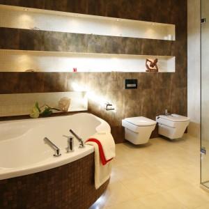 Kompozycja beżu i brązu stanowi bazę aranżacji przestronnego salonu kąpielowego w stylu SPA.  Projekt: Jolanta Kwilman. Fot. Bartosz Jarosz.