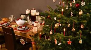 Ubieranie choinki to jedna z najbardziej lubianych tradycji bożonarodzeniowych. Producenci bombek chętnie sięgają po rustykalne czy ludowemotywy, ale często inspiruje ich też nowoczesne wzornictwo.