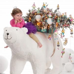 Bajkowe zawieszki i bombki są niezwykle kolorowe i urocze. Takie wzory na pewno ucieszą dzieci, które szczególnie lubią tradycję strojenia świątecznego drzewka. Fot. Inne Meble.