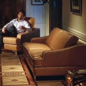 Elegancki zestaw wypoczynkowy Largo marki Kler tworzą kanapy 2- i 3-osobowe, fotel oraz podnóżek. Nowatorski system podnoszenia oparć zwiększa głębokość siedziska, zapewniając tym samym wyższe i wygodniejsze wsparcie dla górnej części pleców. Fot. Kler.