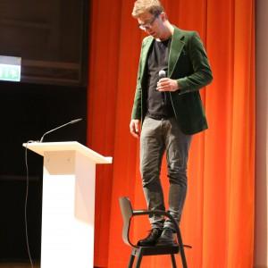 Podczas krótkiego wykładu Tomek Rygalik udowodnił, iż krzesła marki Paged są niezwykle wytrzymałe.