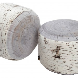 Pufy przypominające szerokie pnie można wykorzystać do siedzenia lub jako designerskie stoliki. Fot. Mero Wings.