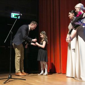 Nagrodę z rąk niezwykle uroczej 8-letniej Poli odebrał Damian Biniek Dyrektor sprzedaży w firmie Mardom Sp. z o.o.