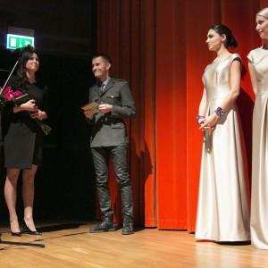 """Nagrodę z rąk Mariusza Golaka redaktora naczelnego magazynu """"Meble Plus"""" odebrała Marta Pryczkowska przedstawiciel firmy Libet."""
