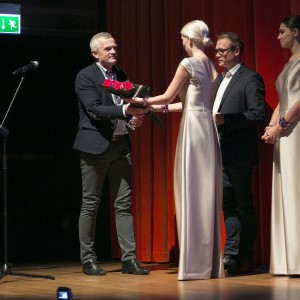 Nagrodę z rąk projektanta Dariusza Gocławskiego odebrał przedstawiciel firmy Barlinek.