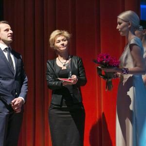 Nagrodę z rąk projektantki wnętrz Katarzyny Koszałki odebrał autor kolekcji Michał Matkowski.
