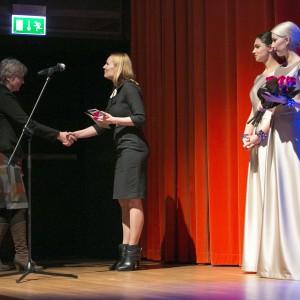 Nagrodę z rąk Sylwii Lasoty z firmy Interprint odebrała Małgorzata Stopczyńska - przedstawiciel firmy Comitor.