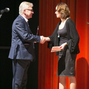 Nagrodę z rąk projektantki wnętrz Katarzyny Merty-Korzniakow odebrał Ryszard Balcerkiewicz Prezes firmy NOTI.