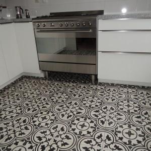 Piękne marokańskie płytki cementowe w monochromatycznej kompozycji czerni i bieli. Ozdobny wzór przyciąga wzrok i stanowi dominujący element dekoracji kuchni. Fot. Kolory Maroka.