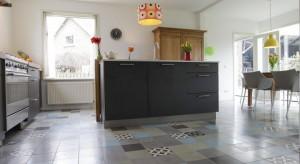 Najpopularniejszym sposobem na wykończenie podłogi w kuchni i jadalni w dalszym ciągu pozostają płytki. Rozwiązanie to nie musi być jednak nudne i opatrzone. Zobaczcie sami!
