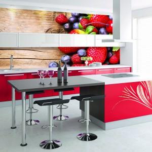 Żywe kolory idealnie pobudzają apetyt. W tej kolorowej kuchni, barwne meble uzupełnia równie barwna fototapeta. Kolor ciepłego drewna zestawiono na niej z apetycznymi owocami. Fot. Grafdeco.
