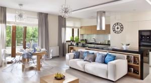 Otwarta przestrzeń dzienna to jedno z najpopularniejszych rozwiązań w naszych domach. Jak ją urządzić? Zobaczcie 20 zdjęć gotowych projektów.