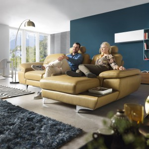 Sofa Move to esencja elegancji i funkcjonalności. Bardzo ergonomicznym rozwiązaniem jest siedzisko, w którym przesuwając oparcie można zwiększyć głębokość mebla. Dodatkowo mamy do dyspozycji unoszone podłokietniki oraz funkcjonalną półeczkę z boku mebla. Fot. Gala Collezione.