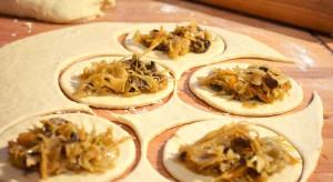 Pierogi z kapustą i grzybami lub z wołowiną na ostro. Świetnie smakują jako dodatek do barszczu czerwonego.