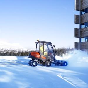 Model P 520D z zamontowaną z przodu szczotką umożliwia szybkie odgarnianie śniegu na dużych powierzchniach. Fot. Husqvarna.