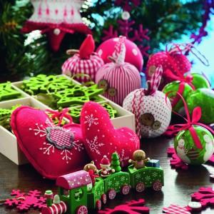 Pociągi, gwiazdki czy reniferki to filcowe dekoracje świąteczne z oferty Castormay. Fot. Castorama.