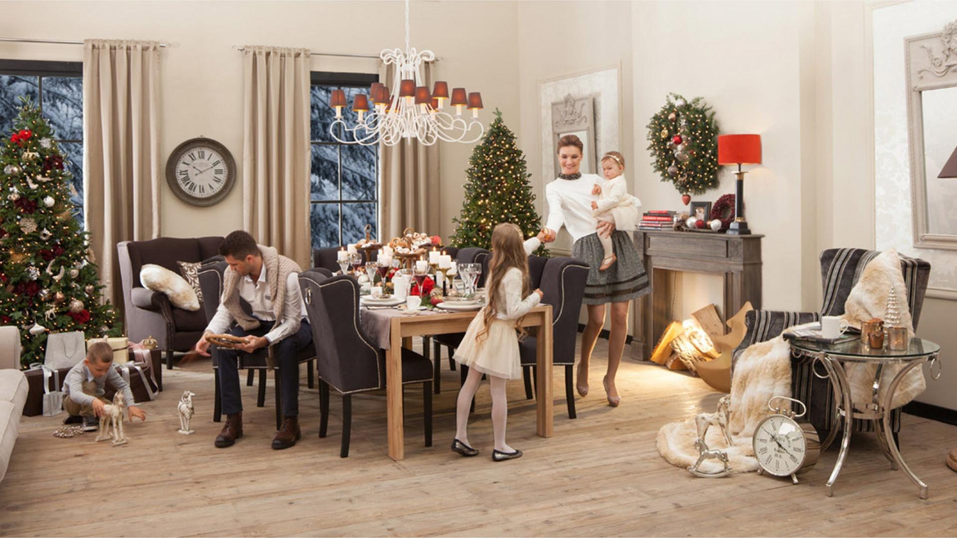 Świąteczne dekoracje z kolekcji British Chic marki Almi Decor w tradycyjnych bożonarodzeniowych kolorach. Fot. Almi Decor.