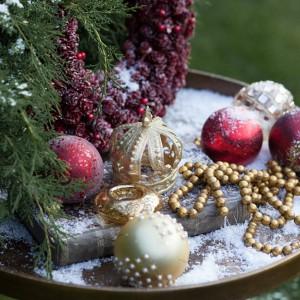 Szklane bombki z kolekcji British chic marki Almi Decor w głębokich czerwieniach oraz lśniącym złocie. Fot. Almi Decor.