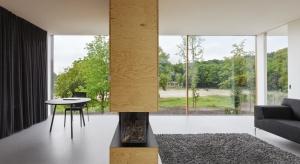 Piękny, nowoczesny dom został zaprojektowany przez architektów z pracowni Paul de Ruiter. Projekt wnętrz powierzono pracowni i29 interior architects. Zarówno projektanci bryły, jak i wnętrza postawili na minimalizm i proste, geometryczne kształty.