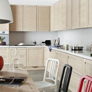 Kuchnia, która jest jednocześnie klasyczna i nowoczesna. Nowoczesnego charakteru nadają jej ukryte uchwyty, a pochwałą klasyki jest naturalna okleina w kolorze bielonego dębu. Całość wieńczy biały blat z konglomeratu. Fot. ZAJC kuchnie, model Z6/kuchnia 003.