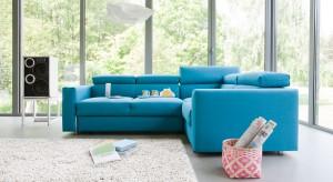 Sofa w salonie to podstawa każdej aranżacji. Jak sprawić by wyglądała wystrzałowo? Wystarczy postawić na modny kolor.