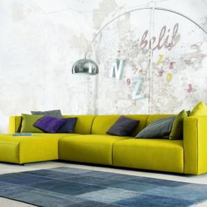 Match to sofa modułowa, która oferuje szereg kompozycji do różnych wnętrz. Design sofy Match bazuje na prostych liniach. Zastosowano tu niskie siedziska i wyższe podłokietniki, które w połączeniu z wysokiej jakości pianką użytą wewnątrz siedziska, zapewniają pełen komfort. Fot. Le Pukka.