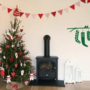 Jeśli nie masz w domu kominka, by zawiesić przy nim skarpety na prezenty, możesz wskazać Świętemu Mikołajowi miejsce na podarki dzięki specjalnym naklejkom ściennym. Fot. Vinyl Wall.